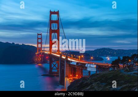 Die Golden Gate Bridge, San Francisco, Kalifornien, USA, bei Einbruch der Dunkelheit.