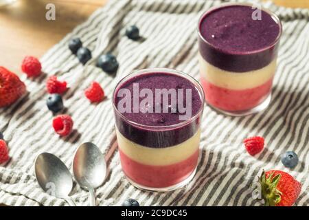 Hausgemachte gesunde Red White Blue Frühstück Smoothie mit Beeren