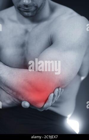 Nahaufnahme Bild des Mannes mit schmerzhaften Ellenbogen. - Stockfoto