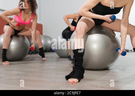 Gruppe von Frauen in Pilates Klasse. - Stockfoto