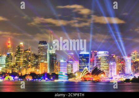 Waterfront of Sydney City Hochhäuser und Gebäude am Ufer des Hafens bei Nacht während der öffentlichen Lichtshow. - Stockfoto