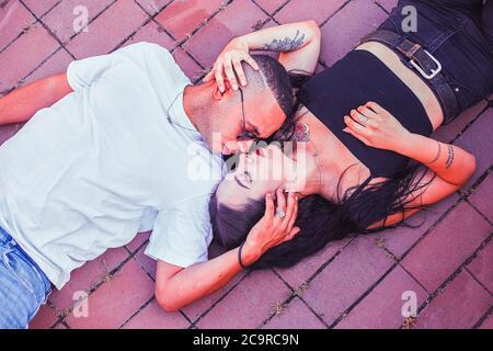 Junge Liebe Paar auf dem Boden liegen 8 - Stockfoto