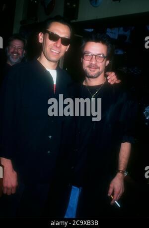 Beverly Hills, California, USA 27. Februar 1996 die Musiker Alex Van Halen und Eddie Van Halen nehmen am 27. Februar 1996 an den Orville H. Gibson Guitar Awards im Hard Rock Cafe in Beverly Hills, Kalifornien, USA Teil. Foto von Barry King/Alamy Stockfoto - Stockfoto