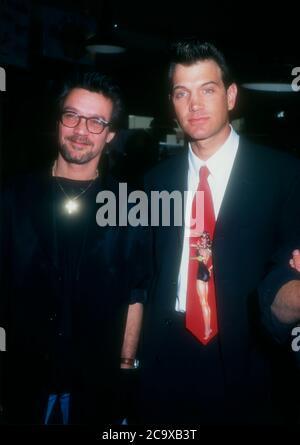 Beverly Hills, California, USA 27. Februar 1996 Musiker Eddie Van Halen und Sänger/Musiker Chris Isaak nehmen am 27. Februar 1996 an den Orville H. Gibson Guitar Awards im Hard Rock Cafe in Beverly Hills, Kalifornien, USA Teil. Foto von Barry King/Alamy Stockfoto - Stockfoto