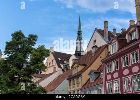 Der charmante Domplatz in der Altstadt von Riga, Lettland. Die Altstadt wurde 1209 gegründet und gehört zum UNESCO-Weltkulturerbe. - Stockfoto