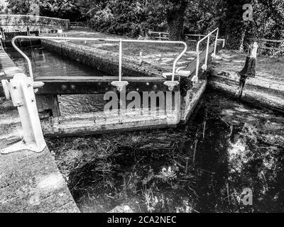 Schwarz-Weiß-Kunstlandschaft von Hamstead Lock, Newbury, Kennet und Avon Canal Berkshire, England, Großbritannien, GB.