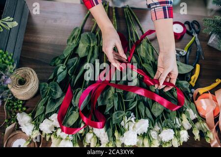 Kleinunternehmerin und schöne Floristin Frau, die einen weißen Blumenstrauß vorbereitet, genießen Sie die Arbeit mit Pflanzen und Blumen. Botanik, Pflanzen Konzept