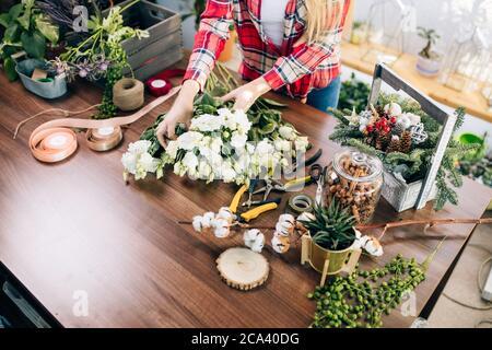 Cropped weiblich Vorbereitung Blumen zum Verkauf, komponieren schöne wunderbare Bouquet von weißen Blumen auf dem Tisch - Stockfoto