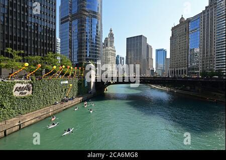 Chicago, Illinois - August 8, 2019 - Blick auf den Chicago River, seine Brücken und die umliegenden Gebäude an einem klaren sonnigen Sommertag.