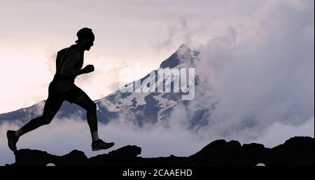 Running man Athlet Trail Laufen in Berggipfel Hintergrund. Männlicher Läufer beim Laufen Training im Freien leben aktiv fit Lebensstil. Silhouette bei