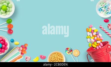 Lutscher und Bonbons. Bunte Süßigkeiten, festliche Dekoration. Bunte Bonbons auf hellblauem Hintergrund, Draufsicht mit Platz zum Kopieren von Nachrichten oder Grußansage - Stockfoto