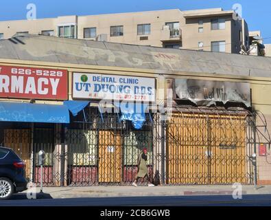 Los Angeles, Usa. August 2020. Am Montag, den 10. August 2020, kommt eine Frau am Sunset Blvd. In der Nähe der Innenstadt von Los Angeles vorbei. Kleine Unternehmen sind wieder in der Schwebe, da der Ausbruch des Coronavirus tobt und das Hilfsprogramm der Regierung mit 659 Milliarden Dollar zu Ende geht. Foto von Jim Ruymen/UPI Kredit: UPI/Alamy Live Nachrichten