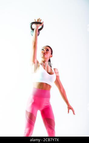 Frau trainiert mit Hanteln im Fitnessstudio - Stockfoto