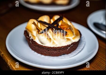 Dessert Sahne Flan mit einer Tasse Kaffee auf einem Tisch in einem Café. Süßes Essen.