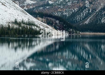 Frischer Schnee auf Bow Mountain spiegelt sich in Bow Lake, Banff National Park, Alberta, Kanada Stockfoto