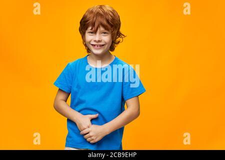 Porträt eines rothaarigen Kindes Sommersprossen fröhliches Lächeln - Stockfoto