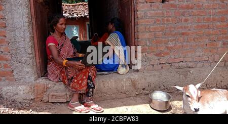 DISTRIKT KATNI, INDIEN - 20. AUGUST 2019: Eine indische Dorffrau mit Laptop, Konzept für asiatische Menschen digitales Lernen. - Stockfoto
