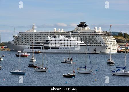 Die Luxus-Superyacht Katara, im Besitz der Qatar Royal Family, fährt am Luxus-Kreuzfahrtschiff The World vorbei, das am Hafen von Falmouth festgemacht ist. - Stockfoto