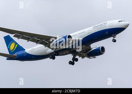 Flughafen London Heathrow, London, Großbritannien. August 2020. Ein Rückführungsflug in Ruandair erhöhte die Zahl der hin- und Rückflüge zum Hauptflughafen Großbritanniens und war ein seltener Besucher. Die Ruandair-Flugnummer WB701 mit einem Airbus A330 kam aus Kigali, Ruanda, an und wird dann nach Brüssel abheben, bevor sie heute mit Staatsangehörigen nach Ruanda zurückkehrt - Stockfoto