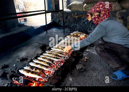 Dien Van gegrillter Fisch Dorf, Nghe an Provinz, Vietnam - 2. August 2020: Bilder von Fischern gegrillten frischen Fisch auf Glut zum Verkauf auf Märkten in die