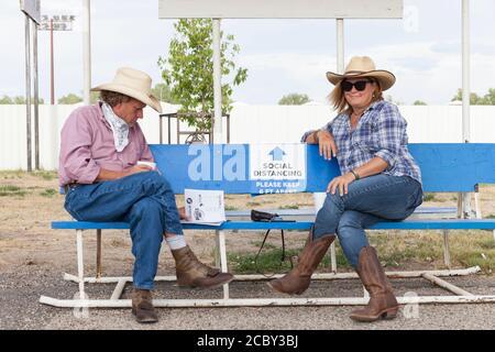 Besucher beobachten soziale Distanzierung beim Besuch des PRCA Rodeo auf der Wyoming State Fair in Douglas am Donnerstag, 13. August 2020. Die 108. Jährliche Messe eröffnete diese Woche mit zusätzlichen Vorsichtsmaßnahmen, um die Ausbreitung des COVID-19 Virus zu verhindern. - Stockfoto