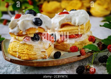 Südliche britische süße Dessert flockige Kekse mit Schlagsahne und Beeren. Nahaufnahme. - Stockfoto