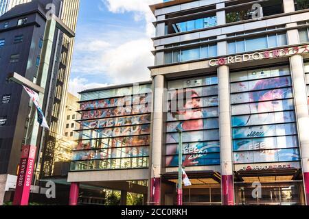 """tokio, japan - 26. juli 2019: Werbekampagne """"FEEL 2020"""" zum Thema der zukünftigen Olympischen und Paralympischen Spiele in Tokio 2020 auf Th"""