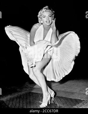 Marilyn Monroe mit wabendem Rock. Ikonische Aufnahme der amerikanischen Schauspielerin, die 1954 entstand, während sie in New York City den Seven Year Itch drehte.
