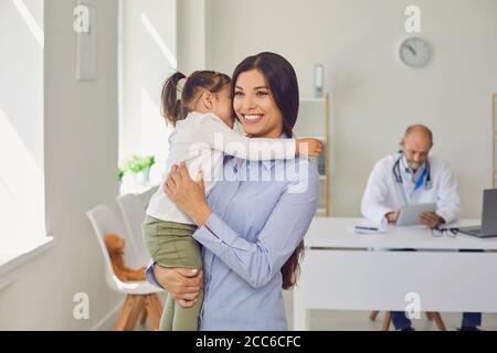 Patienten Mutter und Tochter besuchen den Senor Arzt im Klinikbüro. Ein alter Hausarzt konsultiert eine Familie.