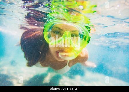 Schnorchel Wassersport Aktivität junge asiatische Frau unter Wasser schwimmen mit Schnorchelmaske auf Karibik Reise Urlaub Spaß haben. Wassersport am Strand
