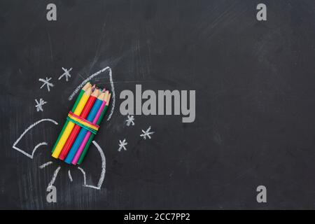 Handgezeichnete Rakete auf Tafel. Draufsicht mit Kopierbereich. Zurück zur Schule Konzept Stockfoto