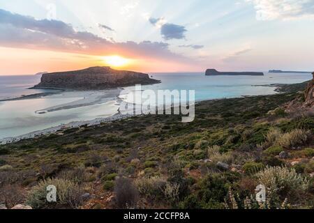 Blick auf den Sonnenuntergang über der Lagune von Balos am Abend, nordwestlich von Kreta, Griechenland