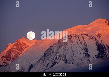 Frankreich, Haute-Savoie, Alpen, Mont Blanc (4807m) bei Sonnenuntergang, aufgehender Mond