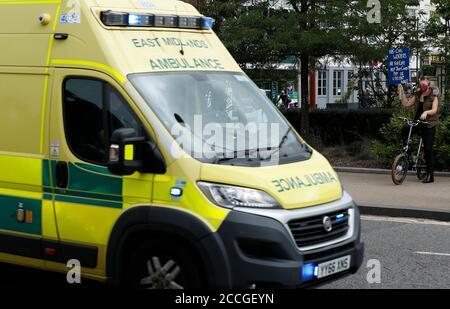 Leicester, Leicestershire, Großbritannien. August 2020. Ein Krankenwagen wird an einem ÒSave unserem NHSÓ Protest vorbeigefahren. Die Kampagne zielt darauf ab, eine Bewegung aufzubauen, die für faire Löhne im Nationalen Gesundheitsdienst kämpft. Credit Darren Staples/Alamy Live News.