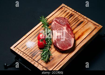 Rib Eye Steak auf schwarzem Hintergrund. - Stockfoto