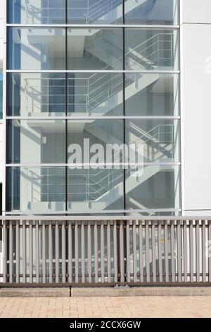Seitenansicht der Metalltreppe im Gebäude am Ausgang Weg mit dem Untergrund mit Sonnenlicht durch Fenster Glas scheinen verbinden - Stockfoto