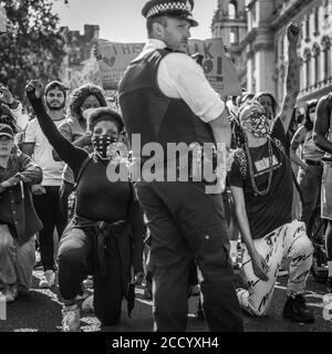 Demonstranten knieen während der pandemischen Sperre in London nach der Ermordung von George Floyd in den USA.