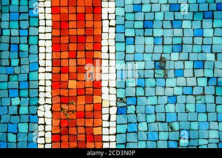 Blau und türkis und rot alten antiken Mosaikfliesen auf dem Boden des Brunnens als Hintergrund.
