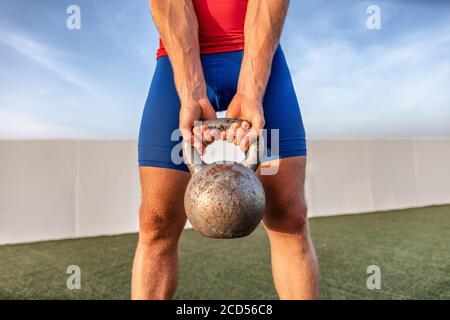 Kettlebell Gewichtheben fit Mann heben crossfit Gewicht im Outdoor-Fitnessstudio Für das Training in der Kniebeuge - Stockfoto