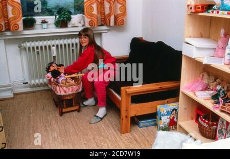 Bildbericht: Linn Westedt spielt mit ihren Puppen in ihrem Kinderzimmer