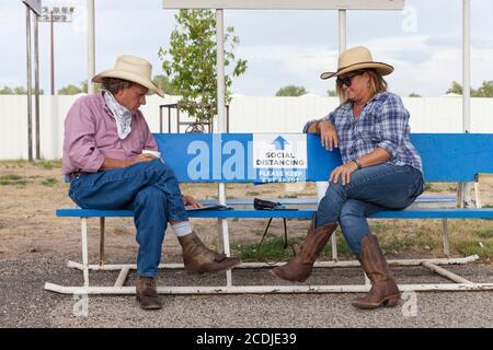 Besucher beobachten soziale Distanzierung beim Besuch der Wyoming State Fair in Douglas am Donnerstag, den 13. August 2020. Die 108. Jährliche Messe eröffnete diese Woche mit zusätzlichen Vorsichtsmaßnahmen, um die Ausbreitung des COVID-19 Virus zu verhindern. - Stockfoto
