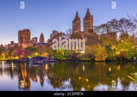 New York, New York, USA Blick auf die Upper West Side vom Central Park an einem Herbstabend. Stockfoto