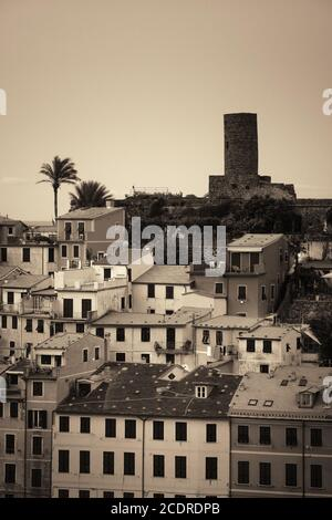 Gebäude in Vernazza, einer der fünf Dörfer der Cinque Terre, Italien. - Stockfoto
