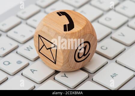 Kontakt für Unterstützung gedruckt auf Holzwürfel auf Computer-Tastatur Stockfoto