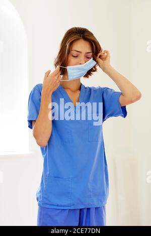 Porträt einer Krankenschwester, die PSA trägt - Stockfoto