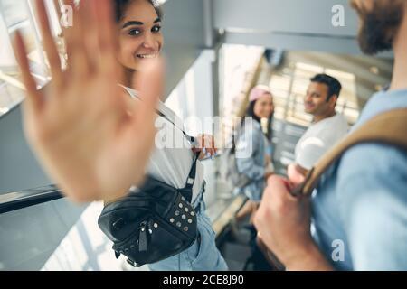 Schöne junge Frau gestikuliert auf die Fotokamera