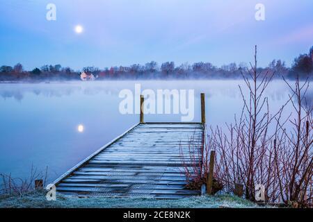 Ein frostiger Wintermorgen auf einem der Seen im Cotswold Water Park.