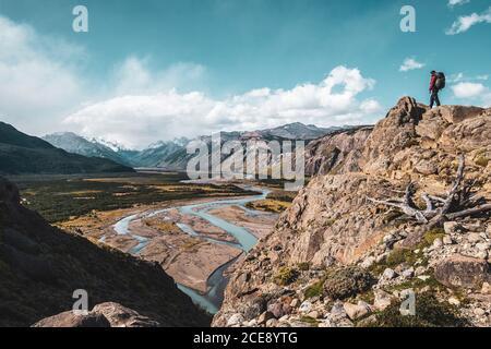 Wanderer auf einem Berg bewundern ein Tal mit schönen Fluss in Patagonien.