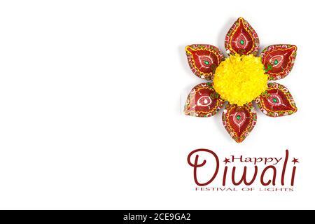 Happy Diwali - Ton Diya Lampen während Dipavali, hinduistischen Festival der Lichter Feier beleuchtet. Bunte traditionelle Öllampe Diya auf weißem Hintergrund. Kopieren - Stockfoto