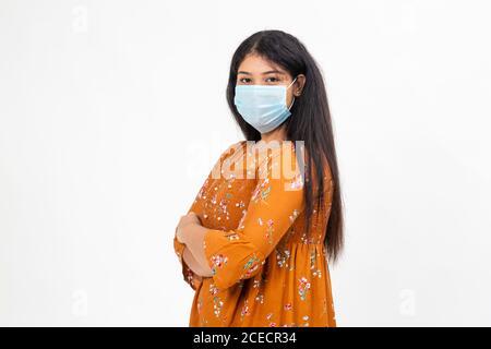 Junge indische Frau trägt traditionelle indische Kleid. Hübscher Teenager mit Covid-19 Schutzmaske - Stockfoto